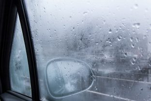 How do you remove mist from your windscreen?
