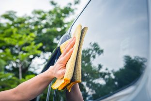 Cleaning windscreen, headlights and mirrors: a matter of safety